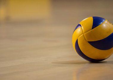 Ballon de volley sur parquet